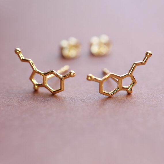 pozłacane kolczyki z serotoniną - biżuteria z wzorami molekuł