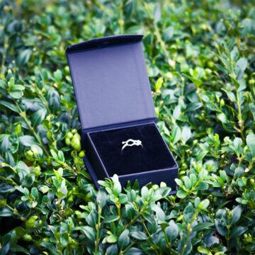 srebrny pierścionek serotonina w pudełku
