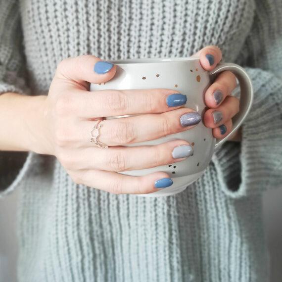kubek kawy i pierścionek serotonina