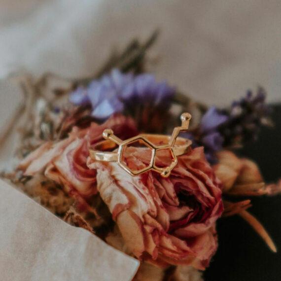 pozłacany pierścionek z wzorem hormonu szczęścia - chemiczna biżuteria damska
