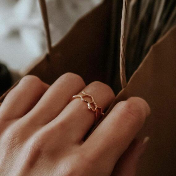 pozłacany pierścionek z wzorem serotoniny - pomysł na prezent dla żony
