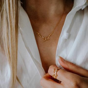 pozłacany naszyjnik z wzorem hormonu szczęścia - chemiczna biżuteria na prezent dla kobiety