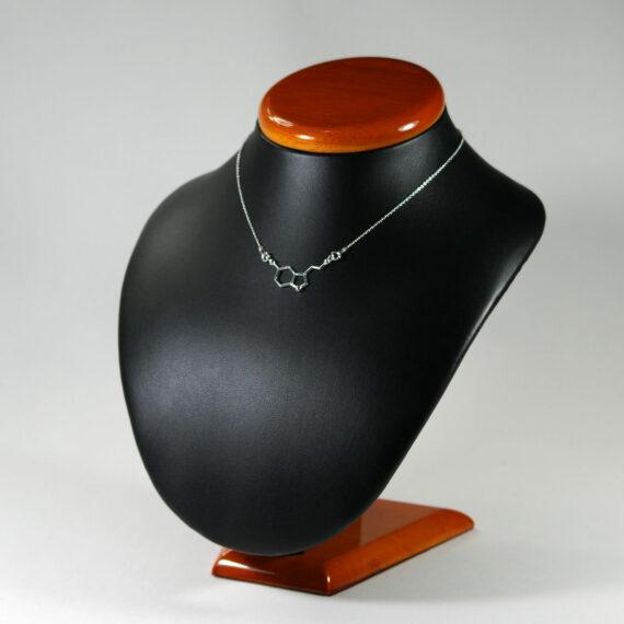 srebrny naszyjnik z serotoniną - biżuteria z wzorami chemicznymi