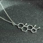 srebrny naszyjnik z wzorem testosteronu - biżuteria z hormonami