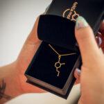 pozłacany naszyjnik z wisiorkiem dopamina - biżuteria chemiczna na prezent