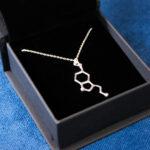 srebrny wisiorek serotonina w eleganckim pudełku