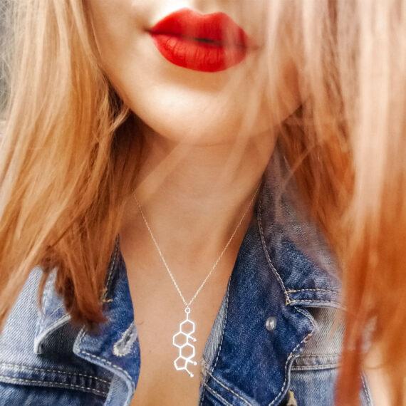 zawieszka z wzorem testosteronu na srebrnym naszyjniku - nieszablonowa biżuteria damska