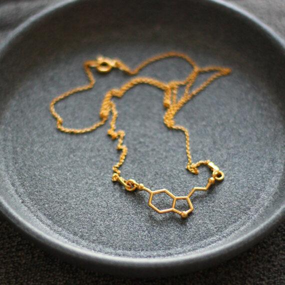 srebrny, pozłacany naszyjnik z wzorem serotoniny - biżuteria molekularna