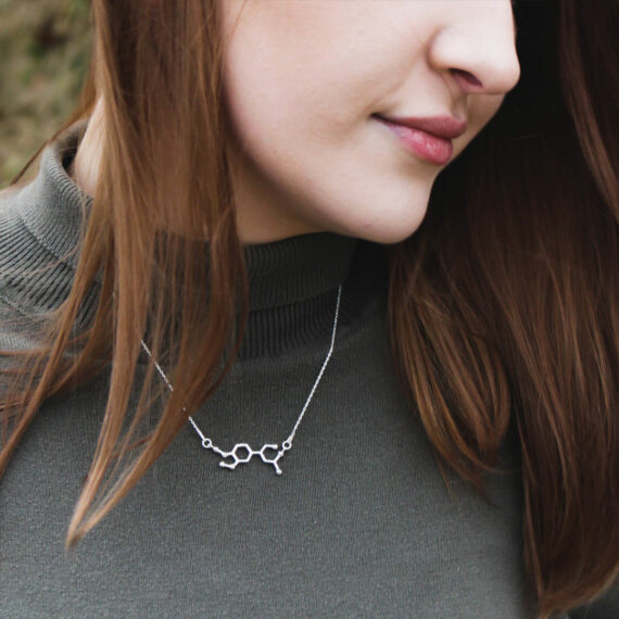 srebrny naszyjnik damski ze wzorem adrenaliny
