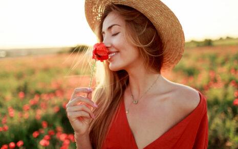 radosna kobieta na polu maków w słoneczny dzień