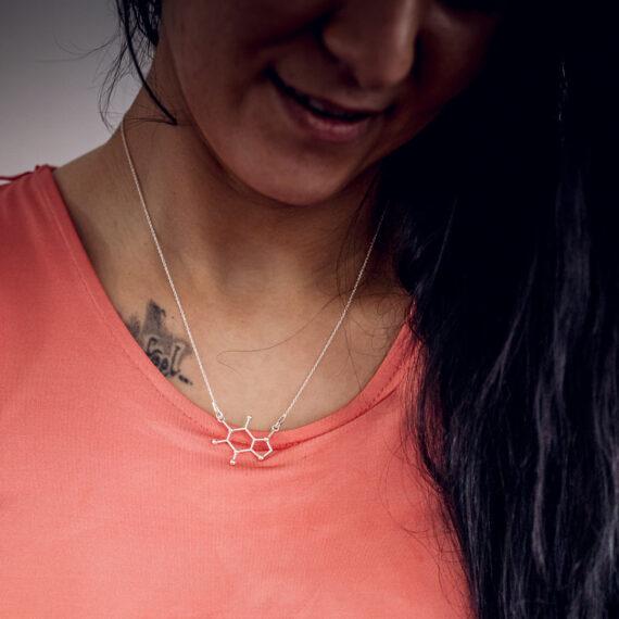 srebrny naszyjnik z wzorem kofeiny - biżuteria z wzorami chemicznymi