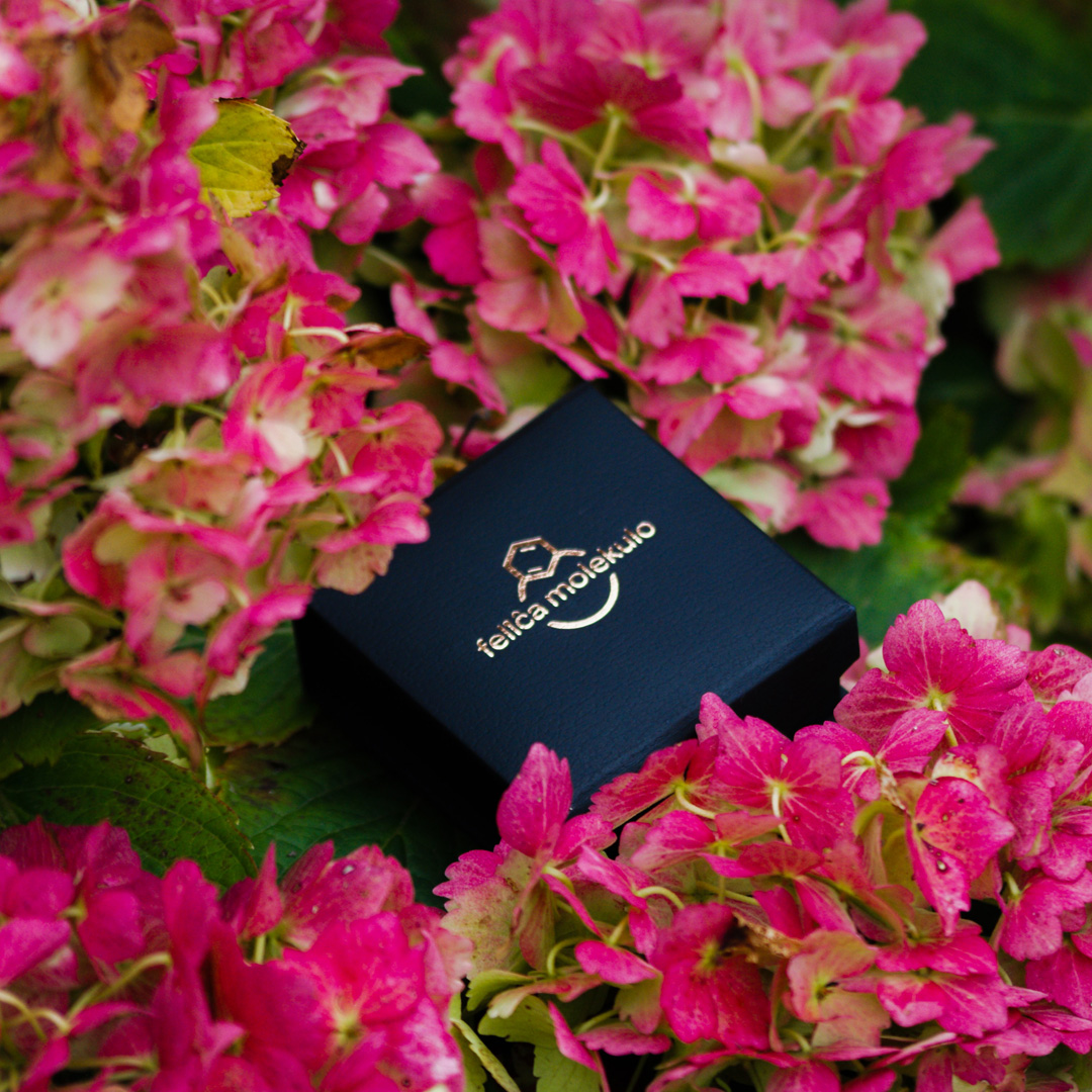 pudelko-w-rozowych-kwiatkach-1