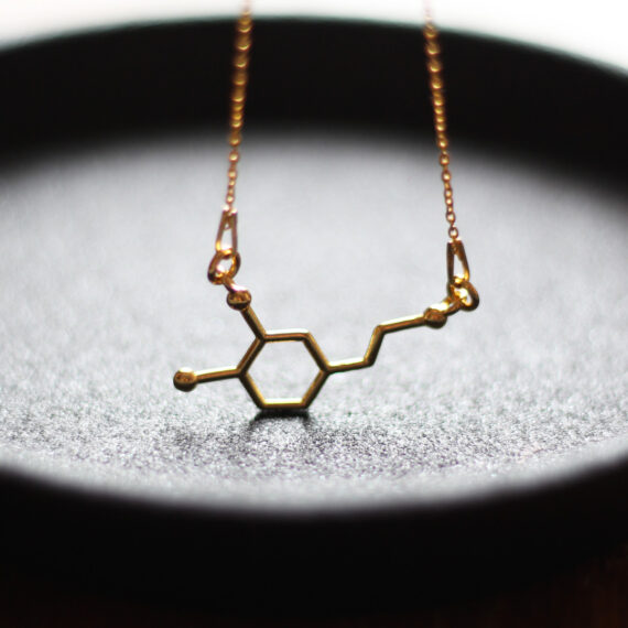chemiczna biżuteria - pozłacany naszyjnik z wzorem dopaminy
