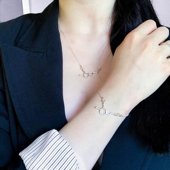srebrna biżuteria z wzorem dopaminy - wzory chemiczne na naszyjniku i bransoletce