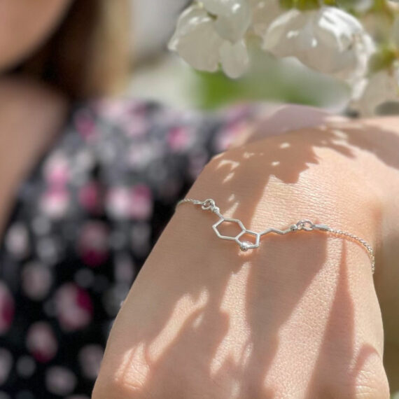srebrna bransoletka z wzorem chemicznym serotoniny - biżuteria modowa