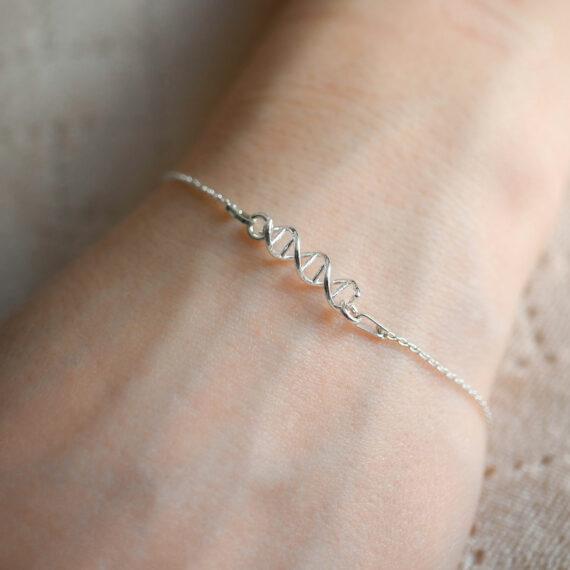 srebrna bransoletka z helisą DNA - biżuteria biologiczna