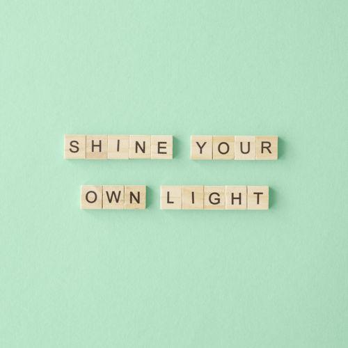 grafika motywacyjna - shine your own light