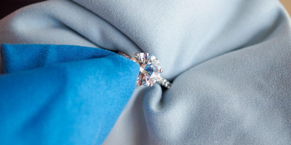 czyszczenie biżuterii srebrnej specjalną ściereczką