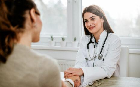 uśmiechnięta lekarka podczas konsultacji lekarskiej