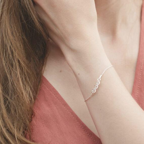 srebrna bransoletka łańcuszkowa z motywem helisy DNA - biżuteria dla biologa