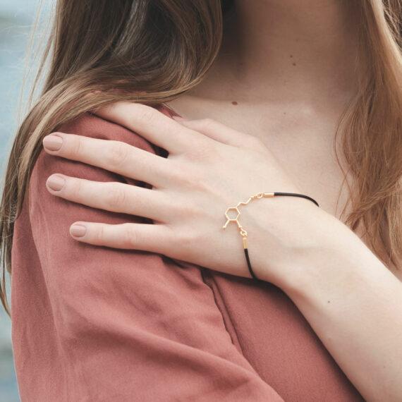 Srebrna bransoletka na sznurku jubilerskim ze wzorem serotoniny - hormonu szczęścia
