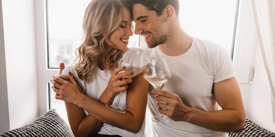 para młodych ludzi z kieliszkami szampana świętuje rocznicę ślubu