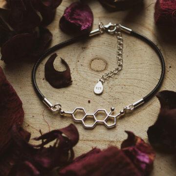 Damska bransoletka ze srebra na woskowanym sznurku z wzorem estrogenu