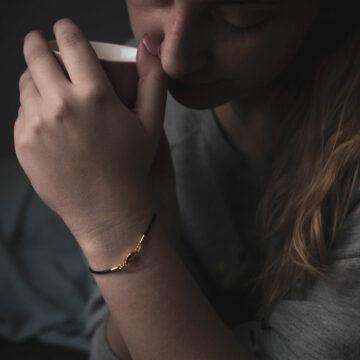 bransoletka z ziarnem kawy na czarnym sznurku jubilerskim
